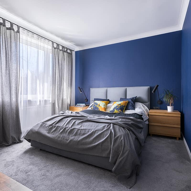 Les rideaux pour une chambre bleue canard
